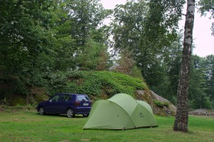 unser Zelt und das Auto auf einem felsigen Campingplatz an der Ostküste