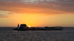 Sonnenuntergang hinter einer winzigen Insel in den Göteborger Schären