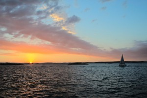 Sonnenuntergang in den Göteborger Schären mit Segelboot im Vordergrund