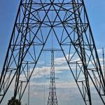Die Antennenmasten des Längstwellensenders in Grimeton entlang der Achse fotografiert.