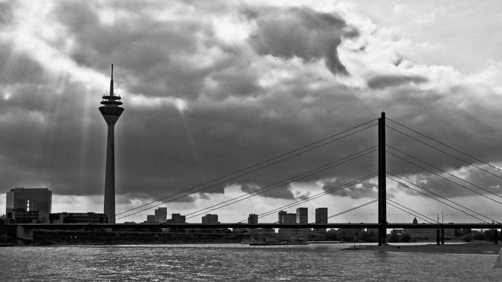 Die Rheinkniebrücke und der Rheinturm in Düsseldorf