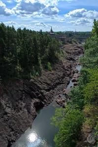 Das Flussbett des Göta Älv in Trollhättan flussabwärts fotografiert.