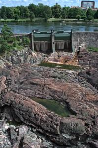 Staumauer mit Toren im Flussbett des Göta Älv in Trollhättan.