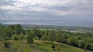 Blick vom Aussichtsturm auf dem höchsten Punkt des Kinnekulle auf den Vänern und die umgebende Landschaft.