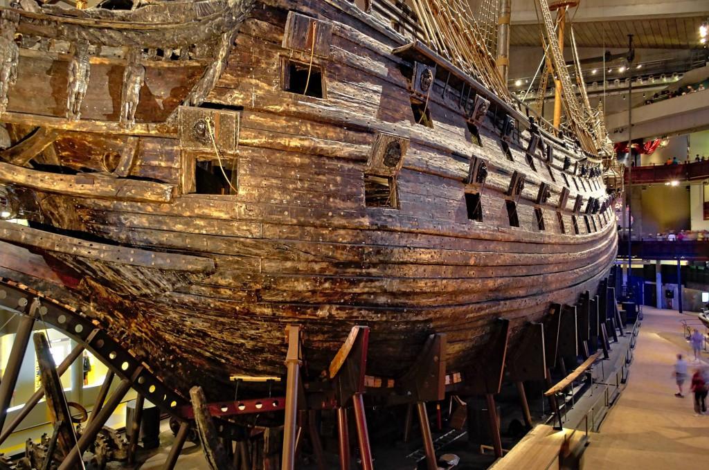 Die Vasa in ihrem Museum, fotografiert etwa aus Wasser-Höhe.