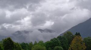 Sehr viele Wolken vor ein paar Bäumen auf dem Campingplatz am Tegernsee