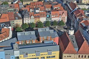 Blick vom Turm auf den Marktplatz in Jena, vorne rechts ist das Rathaus zu sehen.