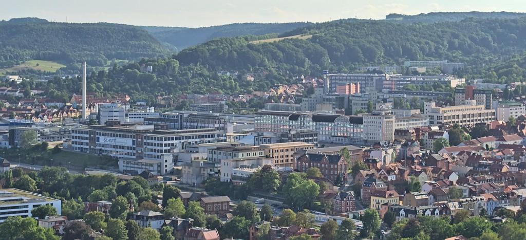 Blick auf das Industriegebiet hinter dem Westbahnhof mit Werken von Schott und Zeiss.