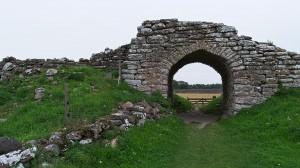 Eingangstor einer alten Burg auf Öland, die jetzt als Weide genutzt wird.