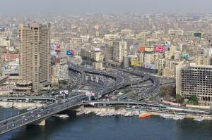 Die größte Kreuzung in Kairo mit Brücke über den Nil, einem Hilton-Hotelhochhaus und der ausgebrannten Parteizentrale nahe des Tahrir-Platzes.