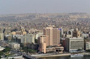 Blick auf die Innenstadt von Kairo: Links vorne der Tahrir-Platz, rechts im Hintergrund die Alabaster-Moschee in der Zitadelle.