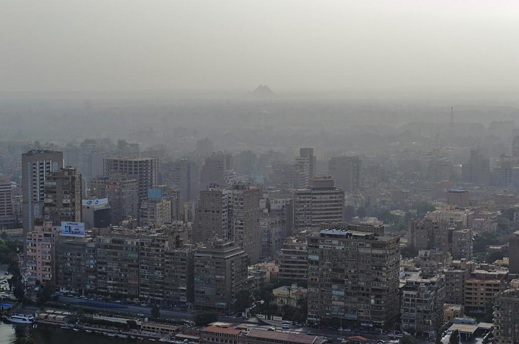 Blick vom Kairo-Turm auf das westliche Nilufer mit den Pyramiden von Gizeh im Hintergrund