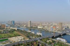 Blick auf das östliche Nilufer mit dem nördlichen Stadtzentrum von Kairo.