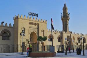 Haupteingang und Platz vor der Moschee.