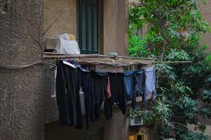 Seitlicher Blick aus dem hinteren Wohnzimmerfenster auf das selbe Nebengebäude wie vorher. Die übliche Art zum Wäsche trocknen in Ägypten.