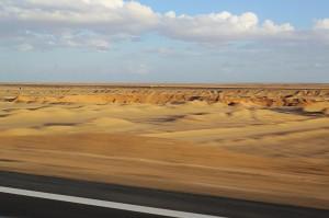 Wüstensand am Rand der Straße auf dem Rückweg nach Kairo