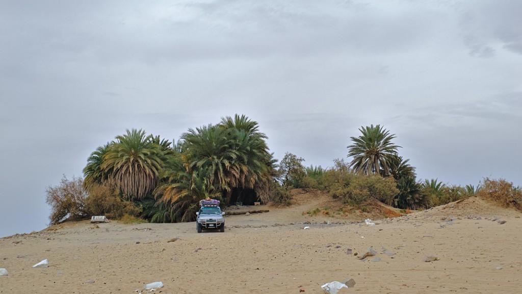 Die Ain Khadra Oase in der Weißen Wüste mit unserem Jeep.