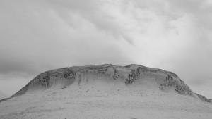 Eine von Aushöhlungen durchzogene Felsklippe in der Weißen Wüste.