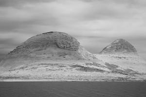 Zwei vom Wind geformte Hügel in der Weißen Wüste.
