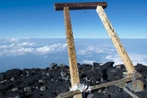 Shinto-Schrein am höchsten Punkt auf dieser Seite des Kraterrandes.