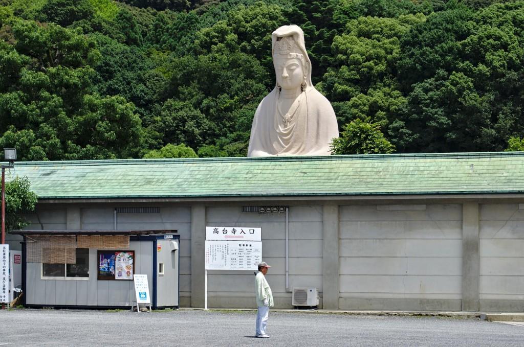 Ein Mann vor einer Buddha-Staue in Kyoto.