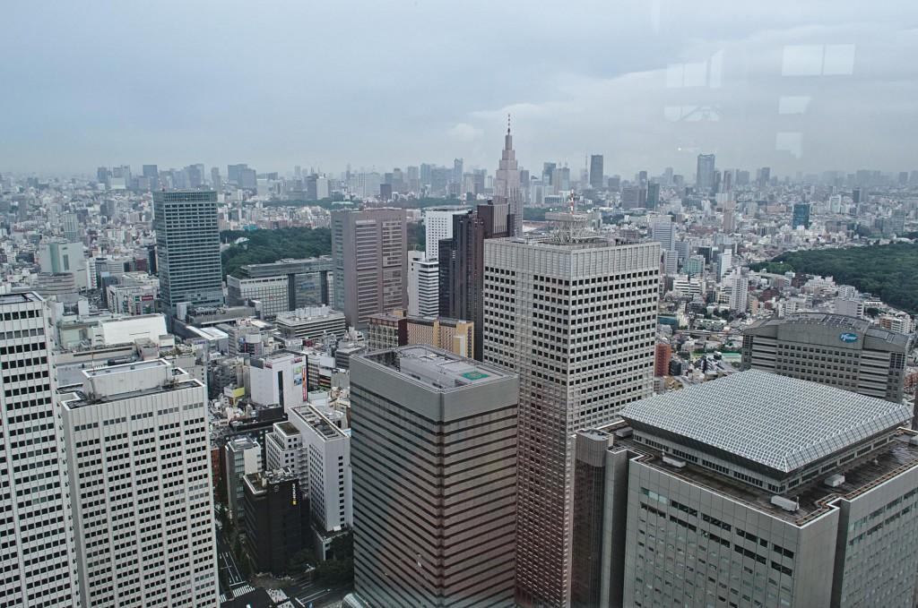 Der Stadtteil Shinjuku in Tokio von der Aussichtsplattform des Rathauses in Richtung Stadtzentrum.