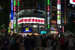 Vergnügungsviertel nahe am Bahnhof Shinjuku in Tokio