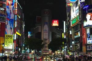 Eine der bekanntesten Kreuzungen Tokios am Bahnhof des Stadtteils Shibuya.