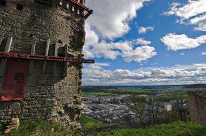 Blick durch die Ruinen auf die Wohnblöcke von Jena-Lobeda