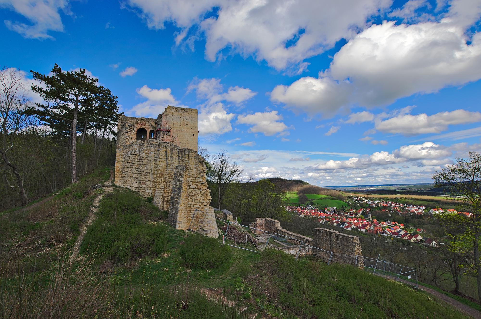 Die Reste der Lobdeburg von einem benachbarten Hügel mit dem Örtchen Drackendorf.