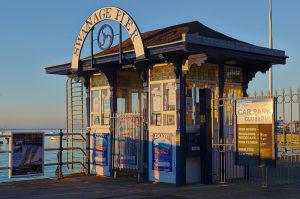 Schönes altes Kassenhäuschen am Eingang zum Pier in Swanage.