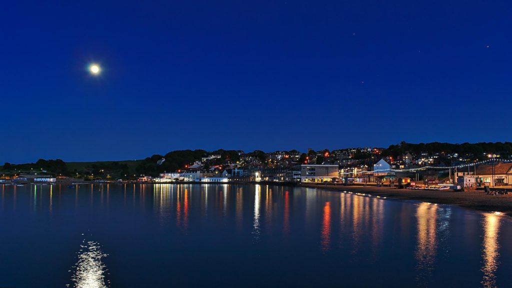 Die Bucht von Swanage nach Sonnenuntergang.