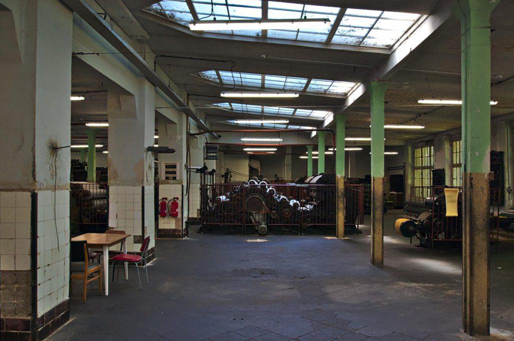 Blick in die Halle mit Krempelmaschinen.