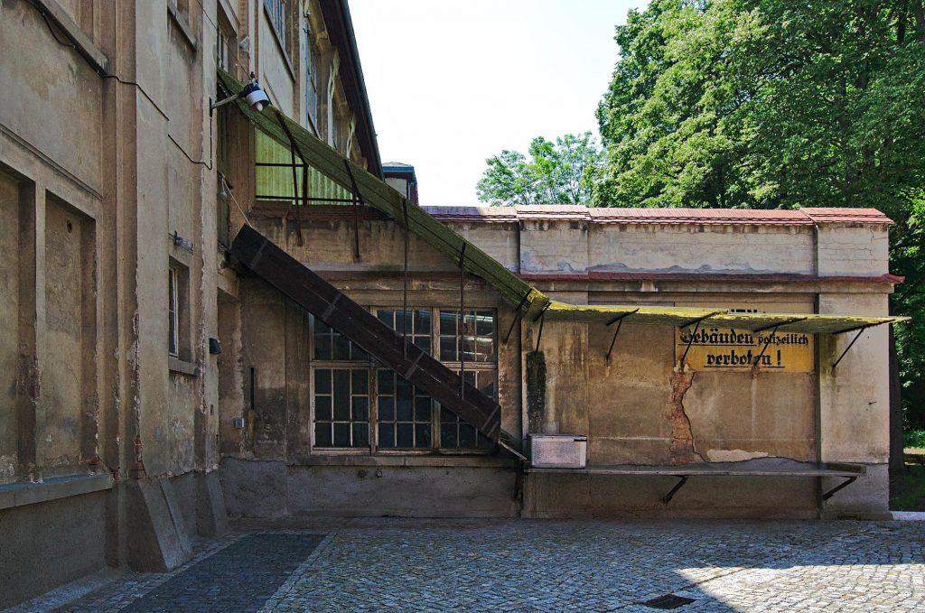 Der Eingang zu einem der Produktionsgebäude der Textilfabrik Crimmitschau.