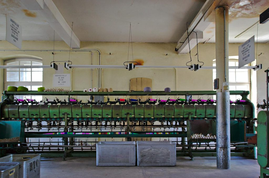Maschine zum Umwickeln von Fäden auf andere Spulen