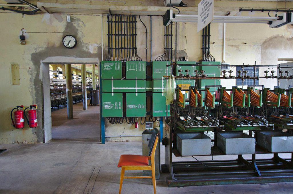 Eine weitere Maschine zum Wickeln von Fäden auf Spulen.