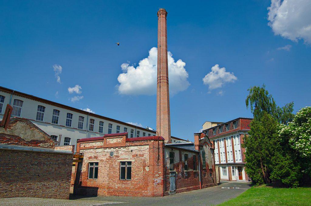 Blick auf den Hof mit Kraftwerksgebäude und Produktionsstätten