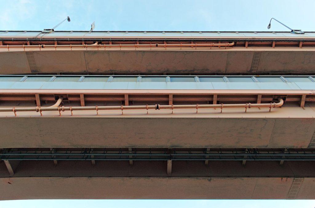 Schnellstraße in Kobe, deren Spuren übereinander liegen.