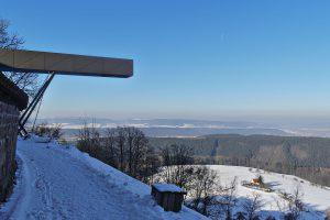 Aussichtsplattform an der Leuchtenburg und der Blick in Richtung Jena (schwach in der Ferne sichtbar)