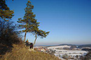 Meine Freundin auf einer Bank mit Blick ins Tal.