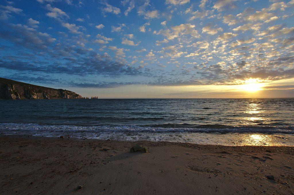Die Alum Bay mit den Needles kurz vor Sonnenuntergang