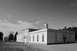 Das Maschinengebäude des Längstwellensenders im schwedischen Grimeton, im Hintergrund eine Kurzwellenantenne.