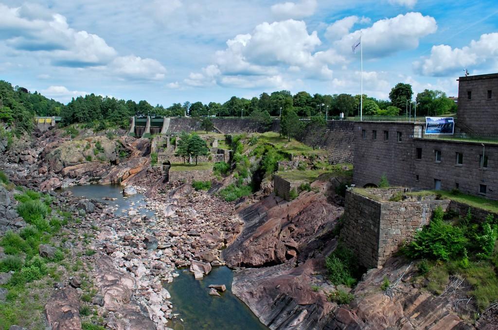 Das Flussbett des Göta Älv und die Staumauer in Trollhättan flussaufwärts gesehen.