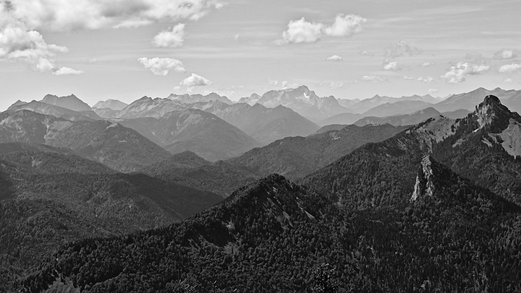 Blick vom Wallberg in die Alpen, die Zugspitze ist der Berg mit etwas Schnee ganz hinten in der Mitte.