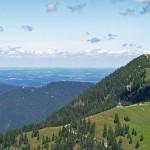 Blick vom Setzberg auf den Wallberg-Gipfel und die Seilbahnstation, mit Gleitschirmfliegern!