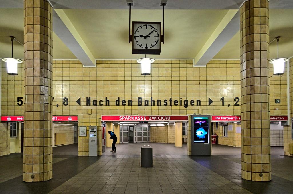 """Schriftzug """"Nach den Bahnsteigen"""" im Zwickauer Bahnhof"""