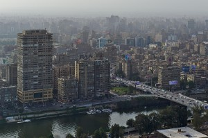 Blick auf das Westufer des Nil in Kairo mit der Brücke des 15. Mai