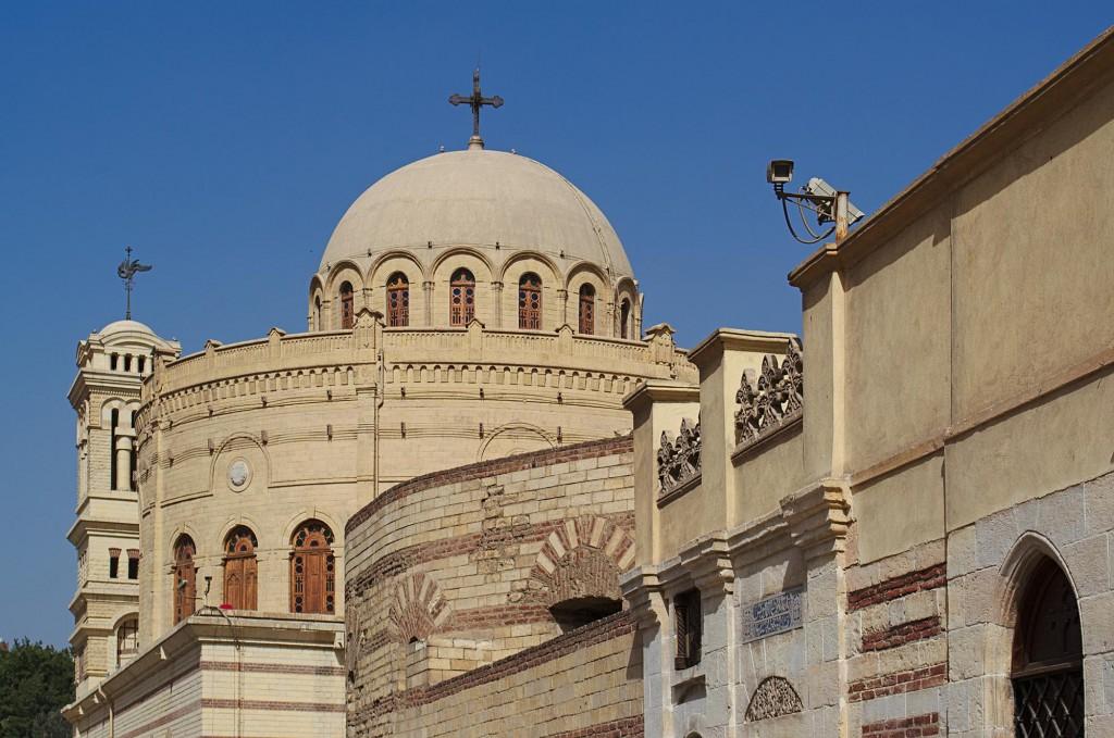 Überwachungskamera vor der Hängenden Kirche in Kairo mit der Kirche St. Georg im Hintergrund.