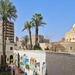 Blick über den Innenhof der Hängenden Kirche und der umliegenden Bebauung in Kairo.