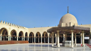 Innenhof der Moschee des Amr ibn al-As in Kairo mit Brunnengebäude.